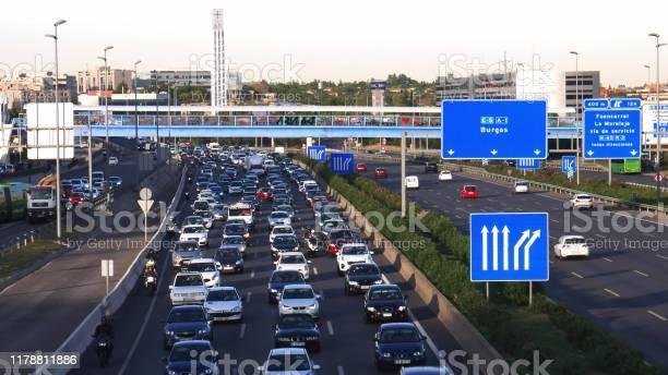 Tráfico De Carreteras De Cercanías Pesado En La Autopista A1 En Las Tablas Madrid Foto de stock y más banco de imágenes de Autopista
