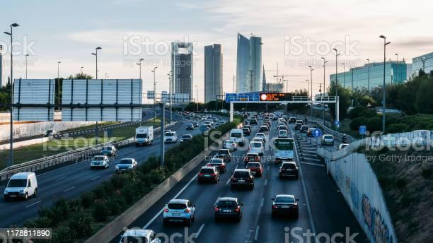 Tráfico Pesado De Carreteras De Cercanías En La Autopista A1 En Las Tablas Mirando Hacia El Distrito De Negocios De Cuatro Torres Foto de stock y más banco de imágenes de Amanecer