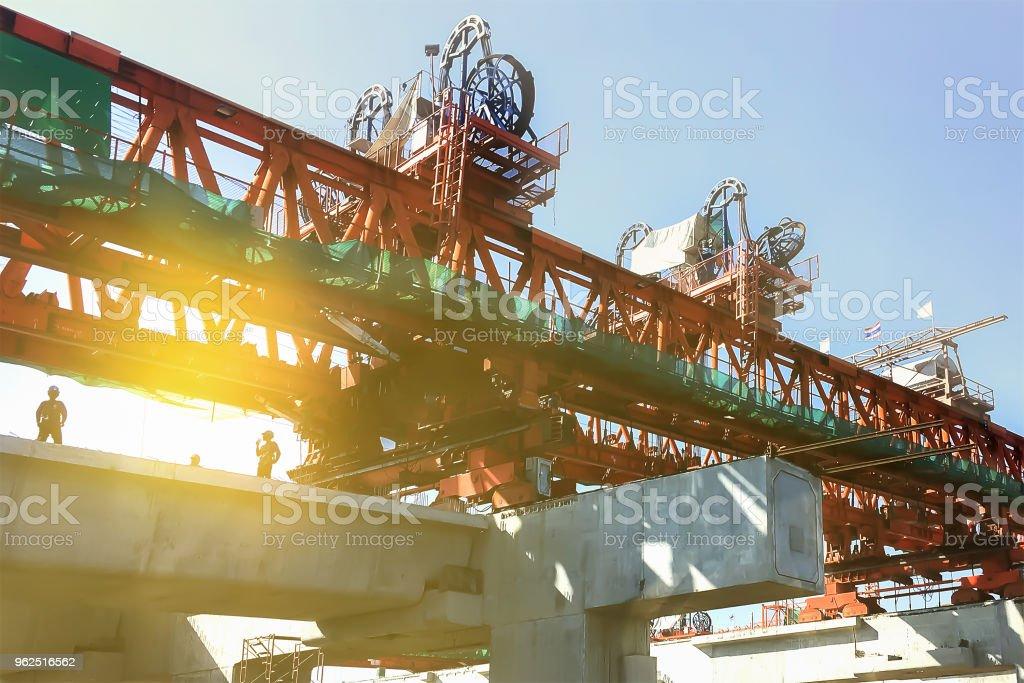 Fundo industrial de construção pesada do sistema de logística de transporte no site Mostrar coluna e viga de concreto pré-moldado e máquinas pesadas. - Foto de stock de Armação de Construção royalty-free