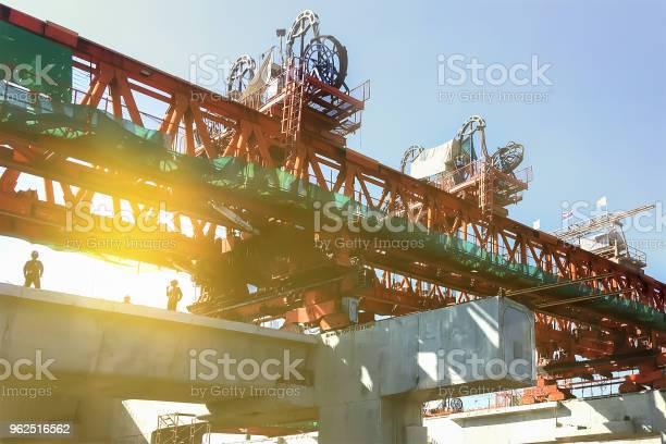 Foto de Fundo Industrial De Construção Pesada Do Sistema De Logística De Transporte No Site Mostrar Coluna E Viga De Concreto Prémoldado E Máquinas Pesadas e mais fotos de stock de Armação de Construção