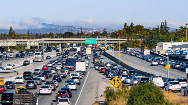 circulation matinale dense sur l'autoroute 101 passant par la silicon valley, région de la baie de san francisco du sud - embouteillage photos et images de collection