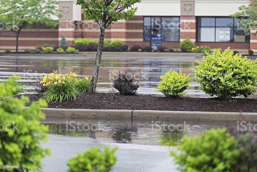 Starker Regen auf leere Einkaufszentrum Parkplatz – Foto