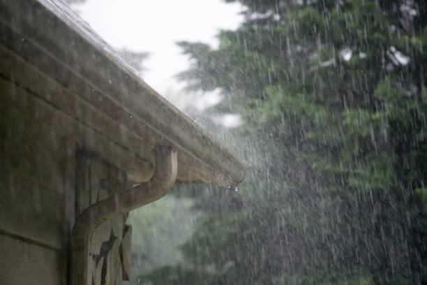 ulewny deszcz lejący się z przechodzącej burzy - deszcz zdjęcia i obrazy z banku zdjęć
