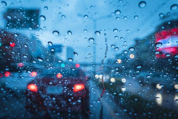 ulewny deszcz strom podczas jazdy na wieczorem niebieski chłód mokrej szyby - deszcz zdjęcia i obrazy z banku zdjęć
