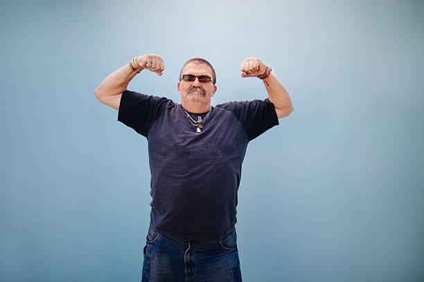 schwere satz älterer mann zeigt seine muskeln - riesenschnauzer stock-fotos und bilder