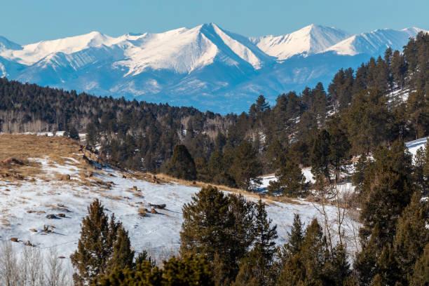 サングレ・デ・クリストの大雪 - ツンドラ ストックフォトと画像