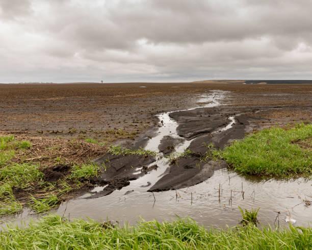 ulewne wiosenne deszcze powodujące problemy powodziowe dla rolników - erodowany zdjęcia i obrazy z banku zdjęć