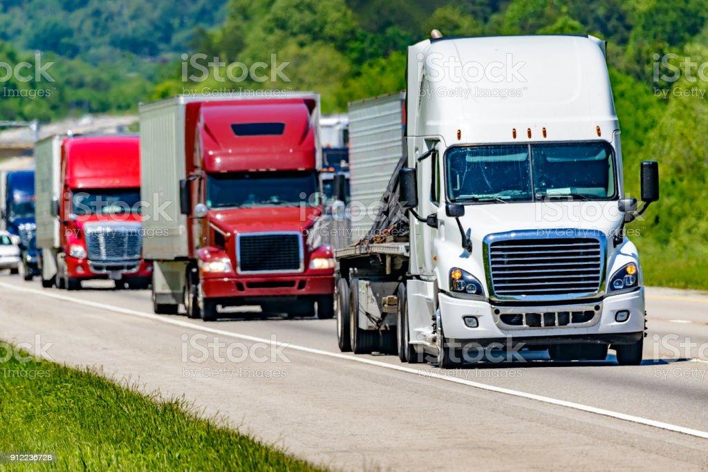 Schwere Lkw-Verkehr auf der Autobahn – Foto