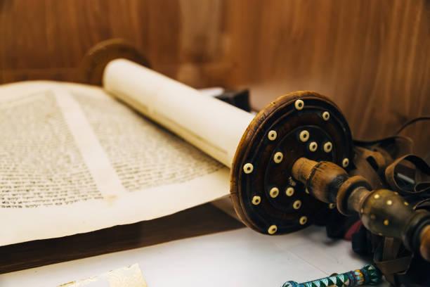 hebrew religious handwritten torah parchment scroll - pismo hebrajskie zdjęcia i obrazy z banku zdjęć