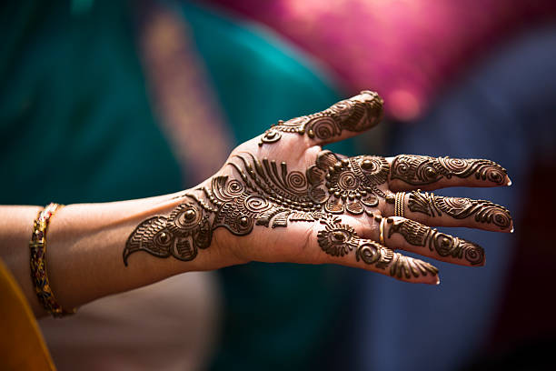 heena tatouage sur une mariée de mains. - mariage musulman photos et images de collection