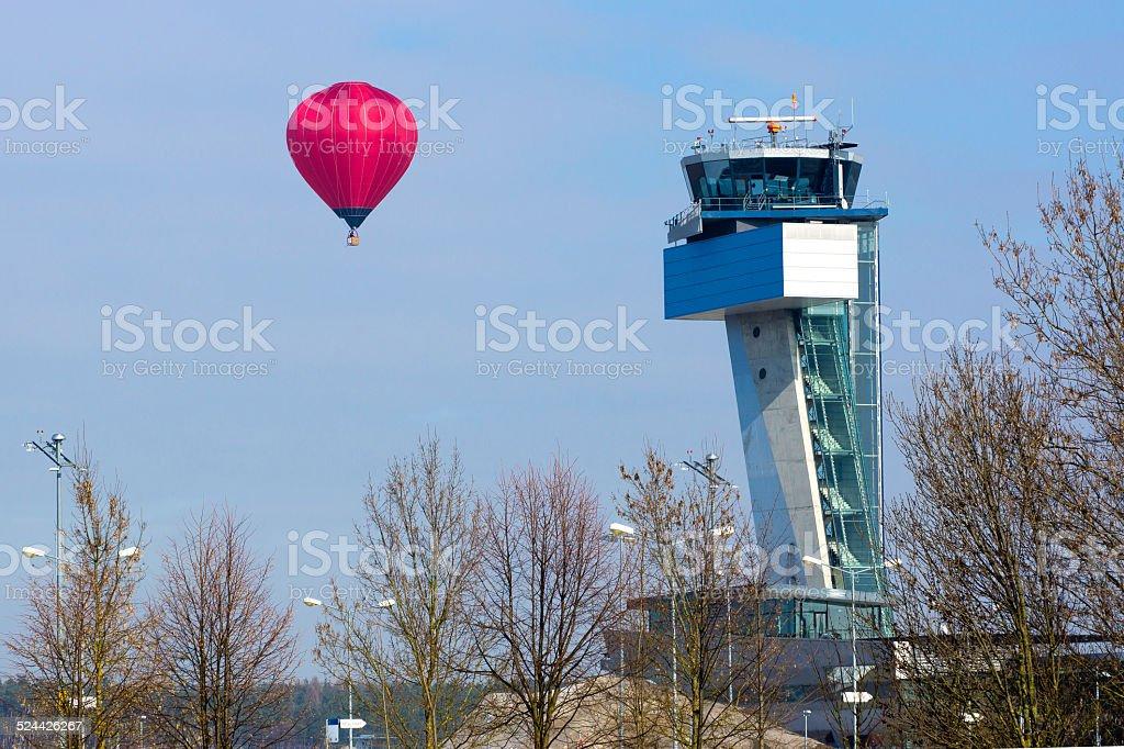 Heißluftballon an Flughafentower stock photo