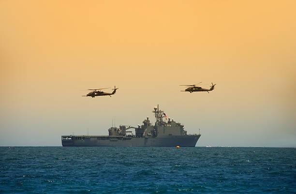 helicopeters pairando sobre navio da marinha - fragata - fotografias e filmes do acervo