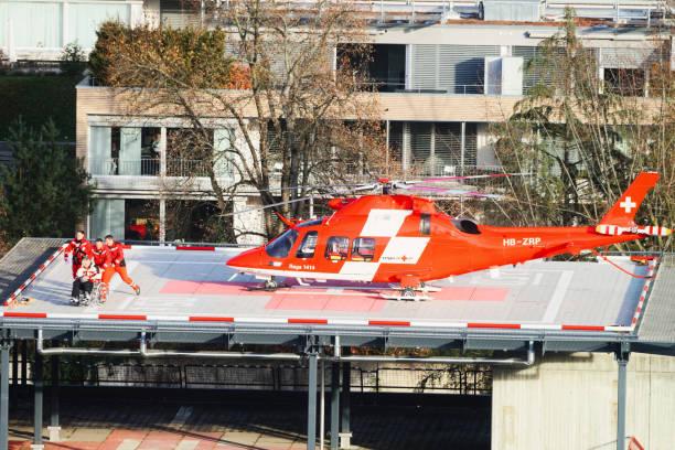 hubschrauber und patienten im krankenhaus dach in thun stadt - thun switzerland stock-fotos und bilder