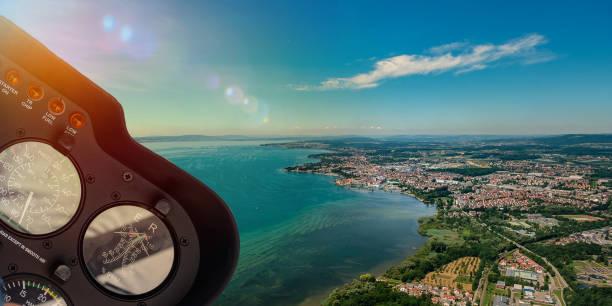 helikopter-cockpit mit blick auf see und landschaft - flugschule stock-fotos und bilder