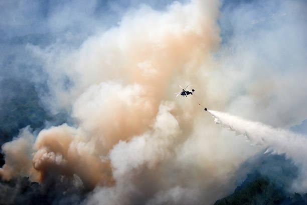 helicopter extinguish a forest fire - 2015 bildbanksfoton och bilder