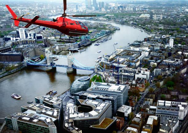 Helikopter Flying über Tower Bridge, London, UK. – Foto