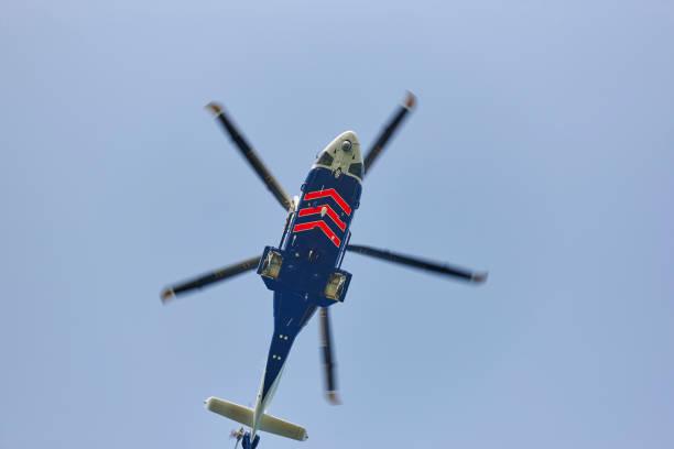 Hubschrauber fliegt unter blauem Himmel von unten. transport – Foto