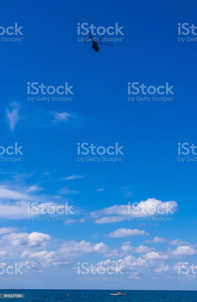 mavi gökyüzünde helikopter royalty-free stock photo