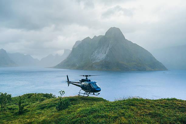 hubschrauber in die berge. lofotens, norwegen - rettungsinsel stock-fotos und bilder