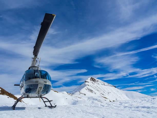 helikopter in de bergen - lecco lombardije stockfoto's en -beelden
