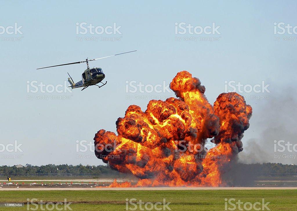 Helicóptero sobre fogo - foto de acervo