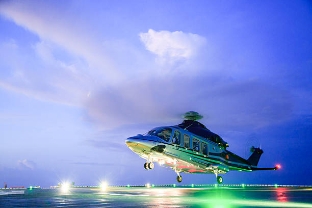 estacionamiento sin servicio de valet en helicóptero aterrizando en plataformas de plataforma. en helicóptero tripulaciones - aterrizar fotografías e imágenes de stock