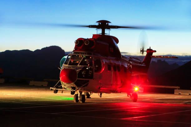 Hubschrauber-Rettung, rote Rettungshubschrauber, im Sattel in den Dolomiten zu intervenieren. Passo Pordoi. – Foto