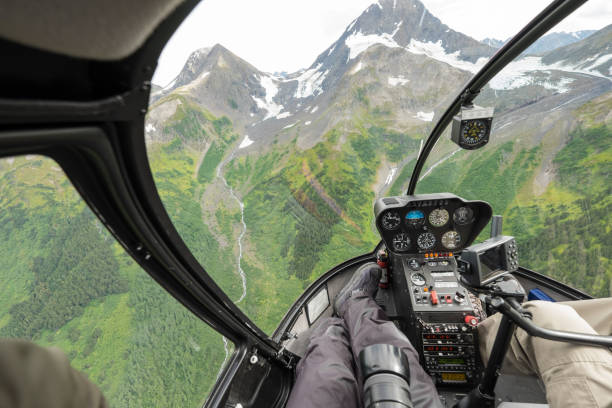 helikopterflug gletscher schnee berg in alaska, usa - flugzeugperspektive stock-fotos und bilder