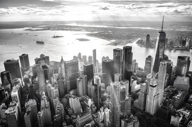 ダウンタウン マンハッタン島、ニューヨーク、夕暮れ時のヘリコプター ビュー - 都市 モノクロ ストックフォトと画像
