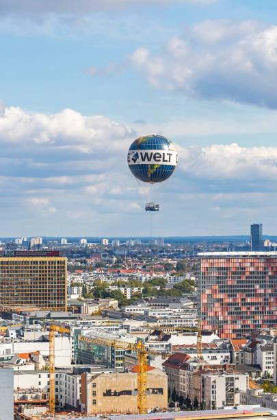"""helium-ballon """"welt-ballon"""" in den himmel über berlin, deutschland - größte städte der welt stock-fotos und bilder"""