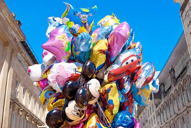 helium luftballons mit den bildern von comic-figuren - disney dekorationen stock-fotos und bilder