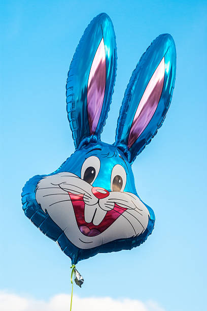 helium balloon in form von disney-figur buggy bunny - disney dekorationen stock-fotos und bilder
