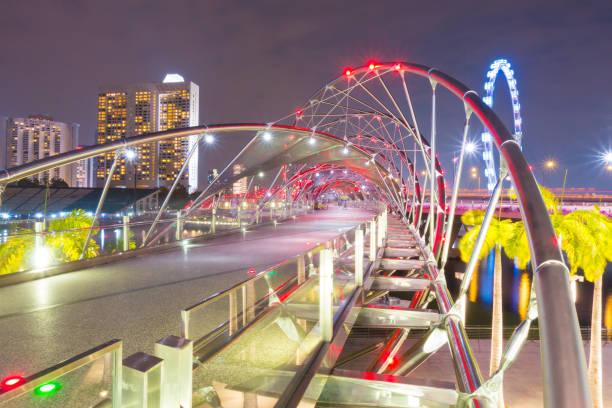 Helix Brücke bei Nacht in Singapur. – Foto