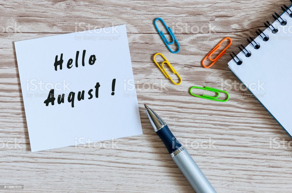 Hallo August auf Notebook mit Tasse Kaffee am Morgen – Foto