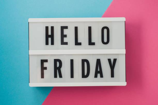 hallo freitag-text auf einem display auf blau und rosa hellen hintergrund. - freitag stock-fotos und bilder