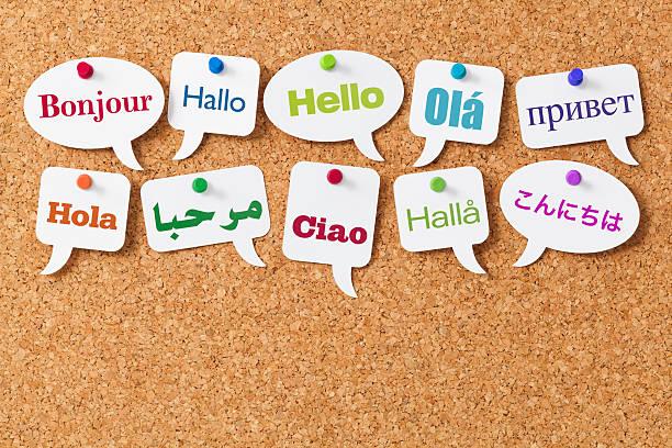 hallo in verschiedenen sprachen auf weiß sprechblasen - spanisch translator stock-fotos und bilder