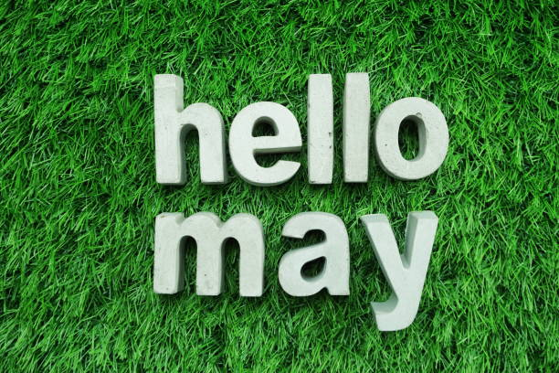 Bonjour mai fait de la vue de dessus de béton alphabet sur l'herbe verte - Photo