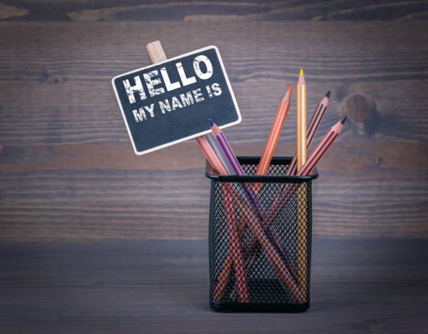 hallo ist mein name. eine kleine tafel kreide und buntstift auf holz hintergrund - partylabels stock-fotos und bilder