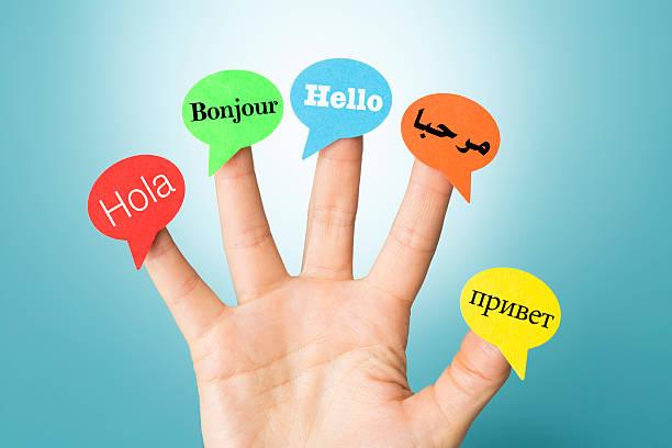 hallo auf hand in fünf verschiedenen sprachen mit sprechblasen - spanisch translator stock-fotos und bilder