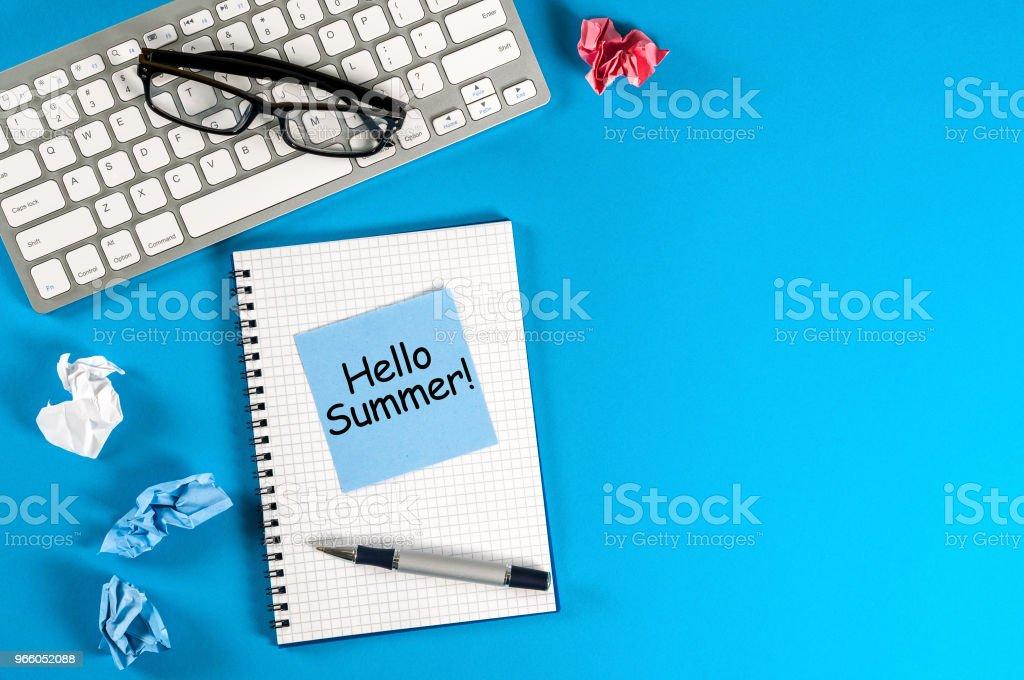 Hej sommar - inskription på anteckningar på blå office bakgrund. Första sommardag, kalender koncept. Med kopia utrymme för text - Royaltyfri 2018 Bildbanksbilder