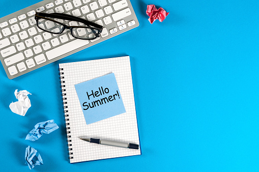 Hallo Zomer Inscriptie Op Notities Op Blauwe Office Achtergrond Eerste Zomerdag Kalender Concept Met Kopie Ruimte Voor Tekst Stockfoto en meer beelden van 2018