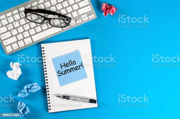 Hej Sommar Inskription På Anteckningar På Blå Office Bakgrund Första Sommardag Kalender Koncept Med Kopia Utrymme För Text-foton och fler bilder på 2018