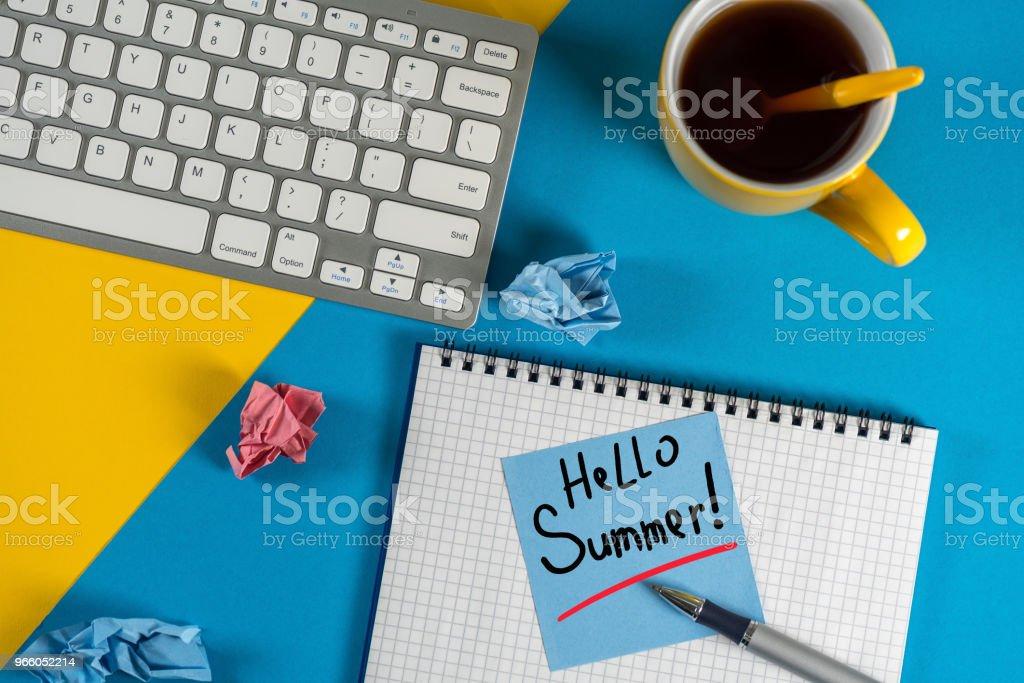 Hej sommar - inskription på anteckningar på blå office bakgrund. Första sommardag, kalender koncept - Royaltyfri 2018 Bildbanksbilder