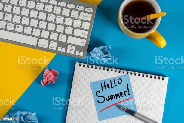 Hej Sommar Inskription På Anteckningar På Blå Office Bakgrund Första Sommardag Kalender Koncept-foton och fler bilder på 2018