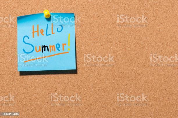 Hej Sommar Text På Lilla Blå Papper Fäst För Att Kork Ombord Bakgrund Första Sommardag Kalender Koncept Med Kopia Utrymme För Text-foton och fler bilder på Anteckningsblock