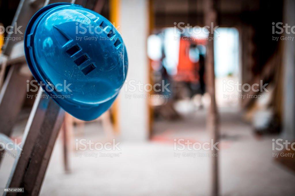 Helm auf Baustelle – Foto