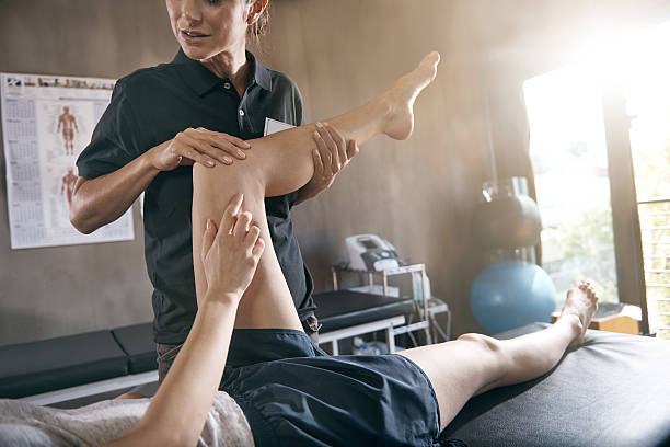 help for hurting muscles - massage therapist stock pictures, royalty-free photos & images