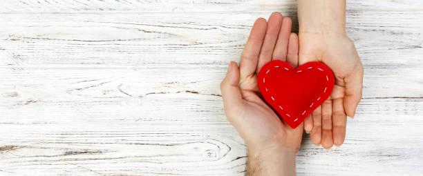 説明, 心在手上的木材背景。情人節的概念。橫幅廣告和設計, 宣傳與複製空間的頂部視圖 - 情人節 節日 個照片及圖片檔