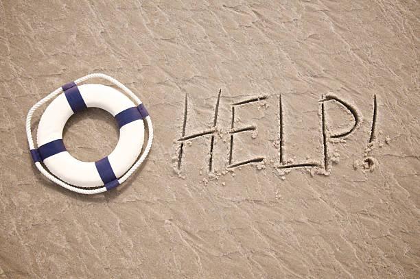 hilfe-nachricht geschrieben in sand mit lifesaver - sos einzelwort stock-fotos und bilder