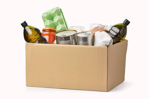 anderen helfen - grundnahrungsmittel stock-fotos und bilder
